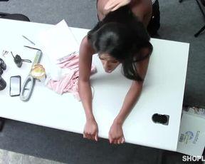 Негритянка с шикарным телом трахается с охранником, чтобы не сесть в тюрьму